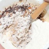Chocolate chip cookies - Voeg bloem, chocolade en stukjes noot toe