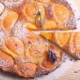 Croûte d'abricots with lavender and honey